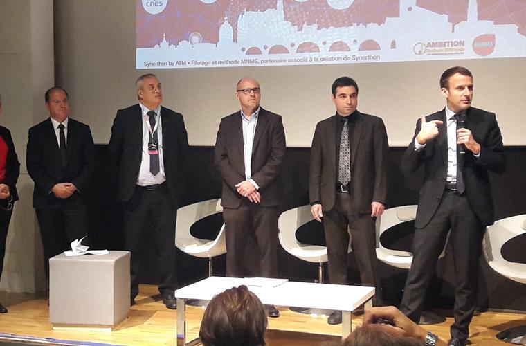 synerthon Emmanuel Macron blanc tailleur design