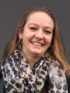 Audrey Favre-Bully - Assistante Administrative et Comptable - Blanc Tailleur R&D agence de design industriel
