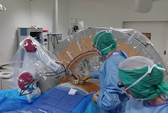 Vignette Le Chu D Amiens Vient De Reussir Une Operation Inedite De Chirurgie D Hernie Discale Avec Rosa Spine Le Robot De Medtech